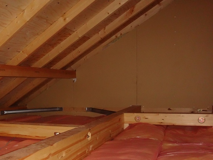石膏ボードがしっかり貼られている屋根裏