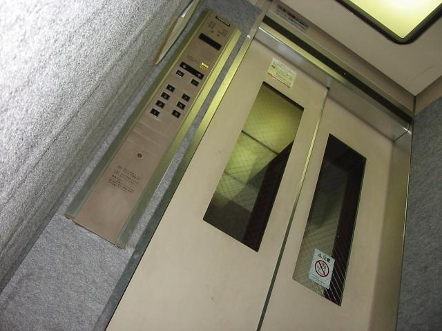 高層マンションでエレベーターが止まったらどうなる?