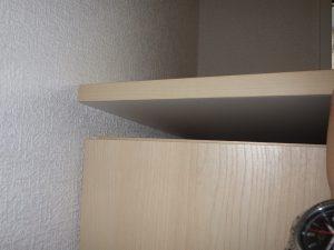下駄箱の天板が当初から固定されておらず持ち上がってしまう状態に